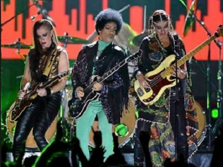 Prince performs with 3rd Eye Girl.