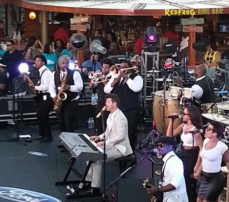 Robin Thicke plays the keys on the 2014 Fantastic Voyage!